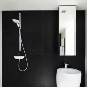 Czerń i biel to sprawdzony duet, który podkreśla nowoczesność wnętrza. Łazienka została wykończona w nowoczesnym minimalistycznym stylu. Fot. Fotoarchitektura Anna Gregorczyk
