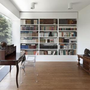 Secesyjne meble stanowią idealne wyposażenie minimalistycznego gabinetu z biblioteczką. Fot. Fotoarchitektura Anna Gregorczyk