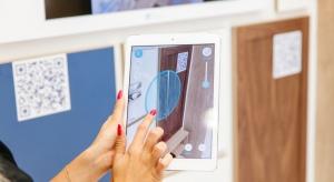 """W dobie coraz silniejszego trendu personalizowania wszystkiego co nas otacza, zakup mebli nabiera nowego wymiaru. Za pomocą dedykowanych na smartfona aplikacji możemy """"zwizualizawać"""" meble od razu w swoim domu."""