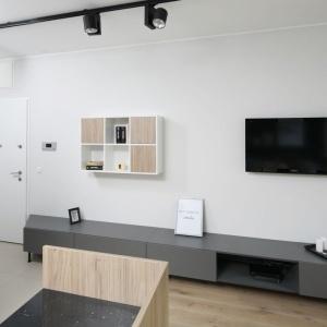 W niewielkim mieszkaniu najlepiej połączyć przedpokój z salonem. Projekt: Ola Kołodziej, Ula Szmyt. Fot. Bartosz Jarosz