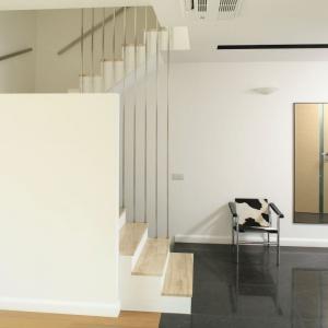 Nie ignorujmy schodów, uważając je za mało istotny detal, warto je właściwie wyeksponować, zwłaszcza jeśli są częścią przedpokoju. Projekt: Michał Mikołajczak. Fot. Bartosz Jarosz