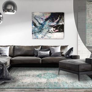 Ostatnio falę wielkiej popularności wśród architektów przeżywają dywany z klasycznym perskim ornamentem w nowoczesnym wydaniu kolorystycznym.  Przetarta nieregularna faktura oraz wyłaniające się z niej fragmenty wzoru z wschodnich krain, tworzą niesamowicie podniosłą kompozycję, nadającą wysmakowanym aranżacjom szlachetności. Fot. Carpets&More.