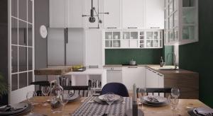 Drewno w naturalnym odcieniu oraz butelkowa zieleń – te dwa elementy będą dominujące w projektach nowoczesnych kuchni w 2017 r.