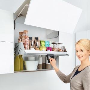 System iMove dla szafek wiszących umożliwia łatwe, bezszelestne wysunięcie w dół i otwarcie zawartości na zewnątrz. Dostępny w ofercie firmy Peka. Fot. Peka