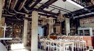 Jesienią, przy ul. Świętokrzyskiej 14, otworzyła się restauracja Inny Wymiar. Miejsce<br />zgodnie z nazwą serwuje gościom dania, które trudno było dotąd znaleźć na warszawskiej<br />mapie kulinarnej. I nie chodzi tu o nieodkrytą