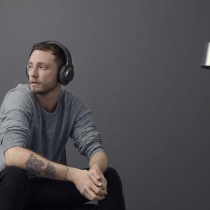 Dzięki technologii osłabiania zewnętrznego hałasu słuchawki MDR-1000X pozwalają cieszyć się muzyką bez zakłóceń. Można słuchać w całkowitej ciszy lub dostosować dźwięk do otoczenia. Fot. Sony