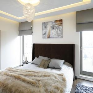 Dzięki zastosowaniu ciepłych barw sypialnia jest bardzo przytulna. Buduarowy nastrój buduje oświetlenie. Projekt: arch. Agnieszka Hajads-Obajtek. Zdjęcia: Bartosz Jarosz