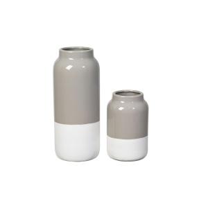 Zestaw kamionkowych wazonów RAW w dwóch kolorach i fakturach: matowym kremowym i połyskującym taupe. 175 zł. Fot. Broste Copenhagen
