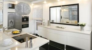 Duet bieli i czerni to uniwersalny i sprawdzony sposób na elegancki wygląd kuchni. Sprawdźcie nasze propozycje na aranżacje.