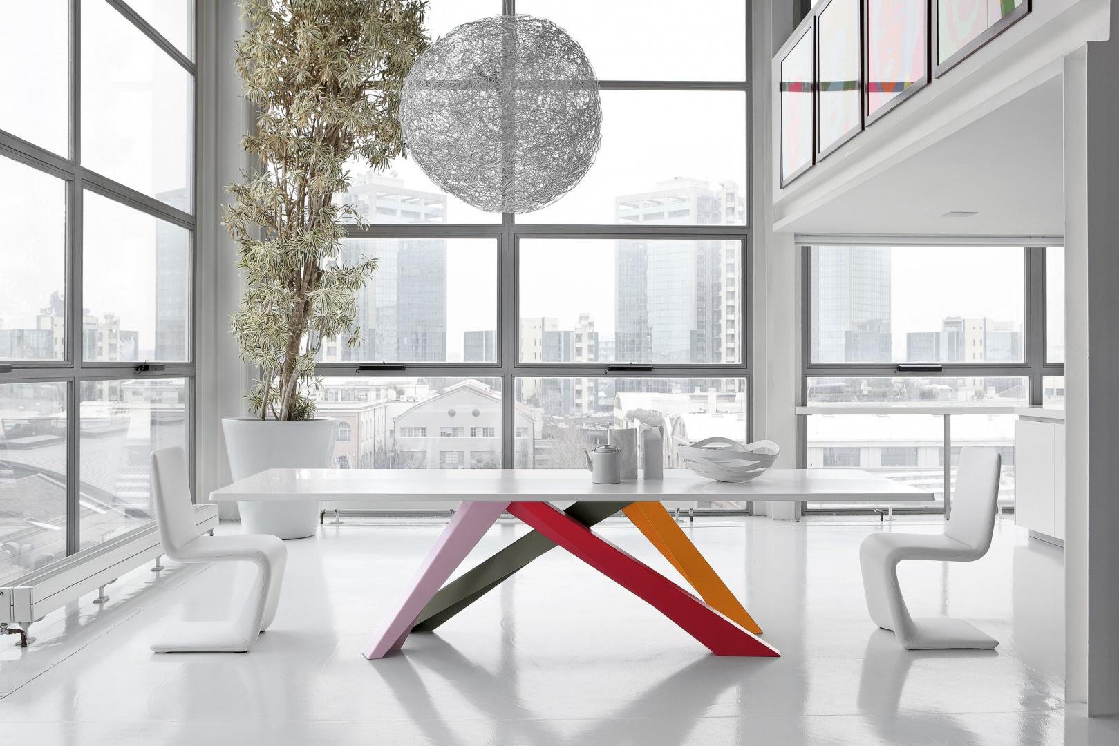 Stół Big Table, krzesła Venere. Fot. Bonaldo