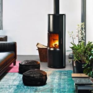 Piec na drewno STRIPE OVERNIGHT o eliptycznym kształcie z systemem samozamykania drzwiczek; w kolorze czarnym oraz ze srebrnymi bokami. Fot. MCZ