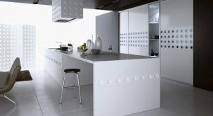 Biel doskonale pasuje zarówno do klasycznych jak i do minimalistycznych wnętrz. Optycznie powiększa pomieszczenia, nadaje im wyjątkowej elegancji i świetnie komponuje się z innymi kolorami.
