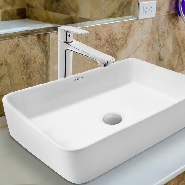 Nowoczesna łazienka – umywalka nablatowa i wysoka bateria stojąca