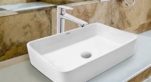 Umywalki montowane na blacie to jeden z najgorętszych łazienkowych trendów ostatniego czasu. Ceramika tego typu niezwykle okazale prezentuje się z wysoką baterią stojącą umieszczoną obok.