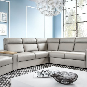 Wysokie oparcie sofy Line zapewnia komfort wypoczynku. Praktyczność kolekcji podnoszą dodatkowo: schowek i obrotowy stolik. Fot. Etap Sofa