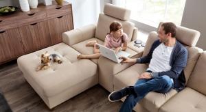 Odpoczynek na kanapie może być dziś prawdziwą przyjemnością.Dostępne modele zapewniają, bowiem nie tylko komfort siedzenia, ale również szereg dodatkowych funkcji.