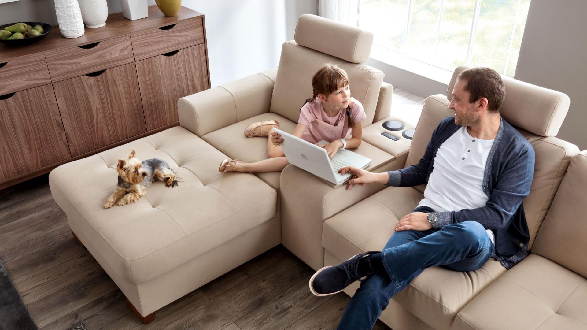 Modułowa sofa Taboo. Wygodne zagłówki zapewniają spokojny wypoczynek. Fot. Wajnert Meble