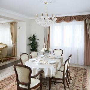 Piękna jadalnia w klasycznym stylu. Projekt: Małgorzata Goś. Fot. Bartosz Jarosz
