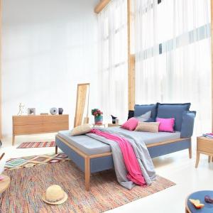Łóżko SKEY LUXURY z drewna dębowego, wykończone wełnianą tkaniną filcową; wezgłowie w formie poduszek zapewnia wsparcie dla pleców. Od 5.700 zł. Swarzędz Home