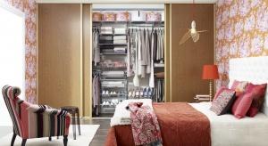 Ciepłe kolory oraz naturalne drewno to najlepszy sposób, aby wprowadzić do sypialni przytulny klimat.