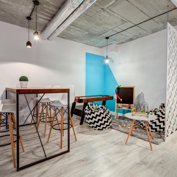 Nowoczesne loftowe wnętrze: strefa rekreacji na warszawskim osiedlu