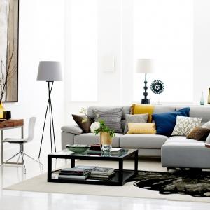Stoliki na metalowej podstawie, ze szklanym blatem idealnie uzupełnią nowoczesny salon. Fot. DFS Furniture