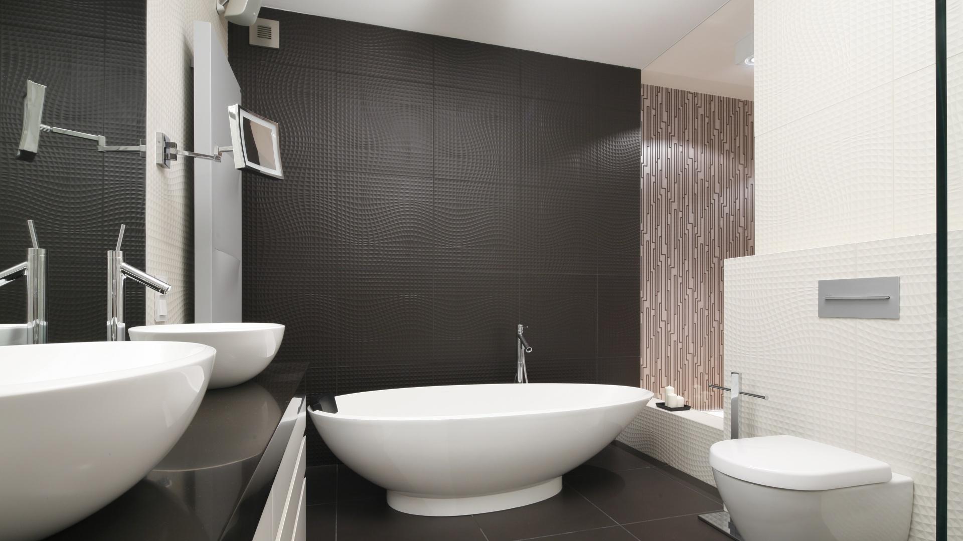 Ścianę w łazienkce zdobią piękne dekoracyjne płyki o ciekawej fakturze. Projekt: Justyna Smolec. Fot. Bartosz Jarosz