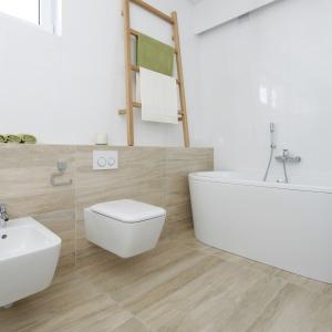 Łazienkę wykończono płytkiami w dwóhc kolorach. Projekt: Joanna Ochota. Fot. Bartosz Jarosz