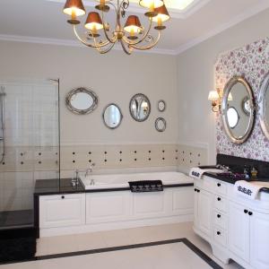 W tej łazience urządzonej w klasycznym stylu strefa umywalkowa została wizualnie Pozostałe ściany wykończono dekoracyjnymi płytkami. Projekt: Maciej Bołtruczuk. Fot. Monika Filipiuk-Obałek