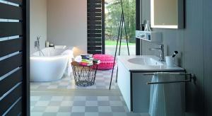 Inspirowana stylem nowoczesnym łazienka stanowi harmonijne połączenie jasnych barw z prostymi geometrycznymi wzorami wyposażenia.