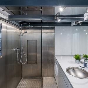 Ściany w tej łazience wykończone są blachą. Projekt: Małgorzata Chabzda. Fot. Materiały Prasowe Nowej Papierni