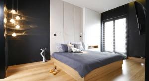 Sypialnię możemy urozmaicić pięknymi lampami, zarówno sufitowymi, jak nocnymi. W naszej galerii znajdziecie pomysły polskich architektów na dekoracyjne oświetlenie.