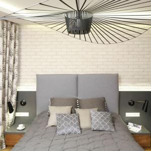 Czarna, rozłożysta lampa góruje nad całą sypialnią. Pięknie komponuje się z jasnym wnętrzem Projekt: Agnieszka Hajdas-Obajtek. Fot. Bartosz Jarosz