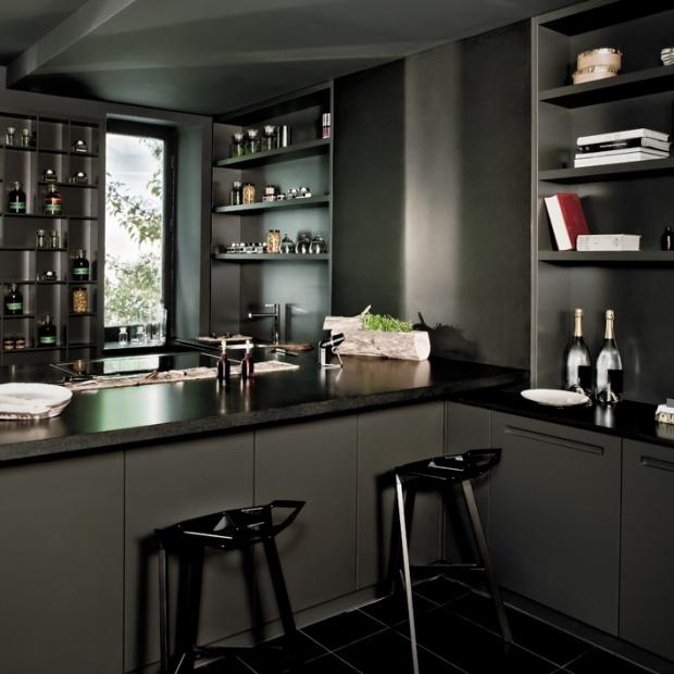 Ciemny mat w kuchni: zobacz, jak się prezentuje
