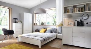 Biel oraz jasne odcienie drewna to kolory, które sprawdzą się zwłaszcza w małej sypialni, bowiem optycznie powiększą wnętrze.