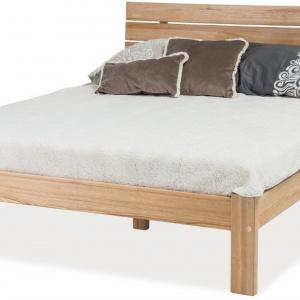 Łóżko GLASGOW z drewna jesionowego o bogatym usłojeniu. Zagłówek z drewnianych listew zapewnia doskonałe wsparcie dla pleców. 1.144 zł. Fot. Signal