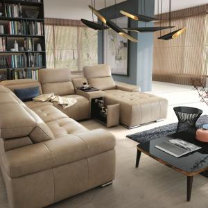 Efektowny system modułowy DOMO może być wyposażony m.in. w poręczny barek z drewnianym blatem, funkcję spania, duży pojemnik na pościel oraz fotel z funkcją relaksu. Fot. Gala Collezione