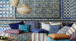 Nowa seria Jassa to eklektyczna mieszanka mebli, tekstyliów i akcesoriów, inspirowana rękodziełem i wzornictwem z rejonu Azji Południowo-Wschodniej.
