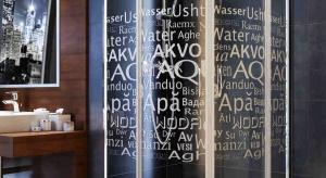 Plakaty z motywacyjnymi sentencjami czy artystycznie wykonane litery w formie obrazów lub przestrzennych dekoracji zdobią nasze salony, sypialnie, kuchnie i przedpokoje. Dzięki kabinie prysznicowej Nigra, teraz zawitają również do łazienek.