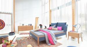 Kolorowe tekstylia, dodatki i akcesoria sprawią, że nasza sypialnia nabierze charakteru. Można je będzie łatwo wymienić w zależności od pory roku.