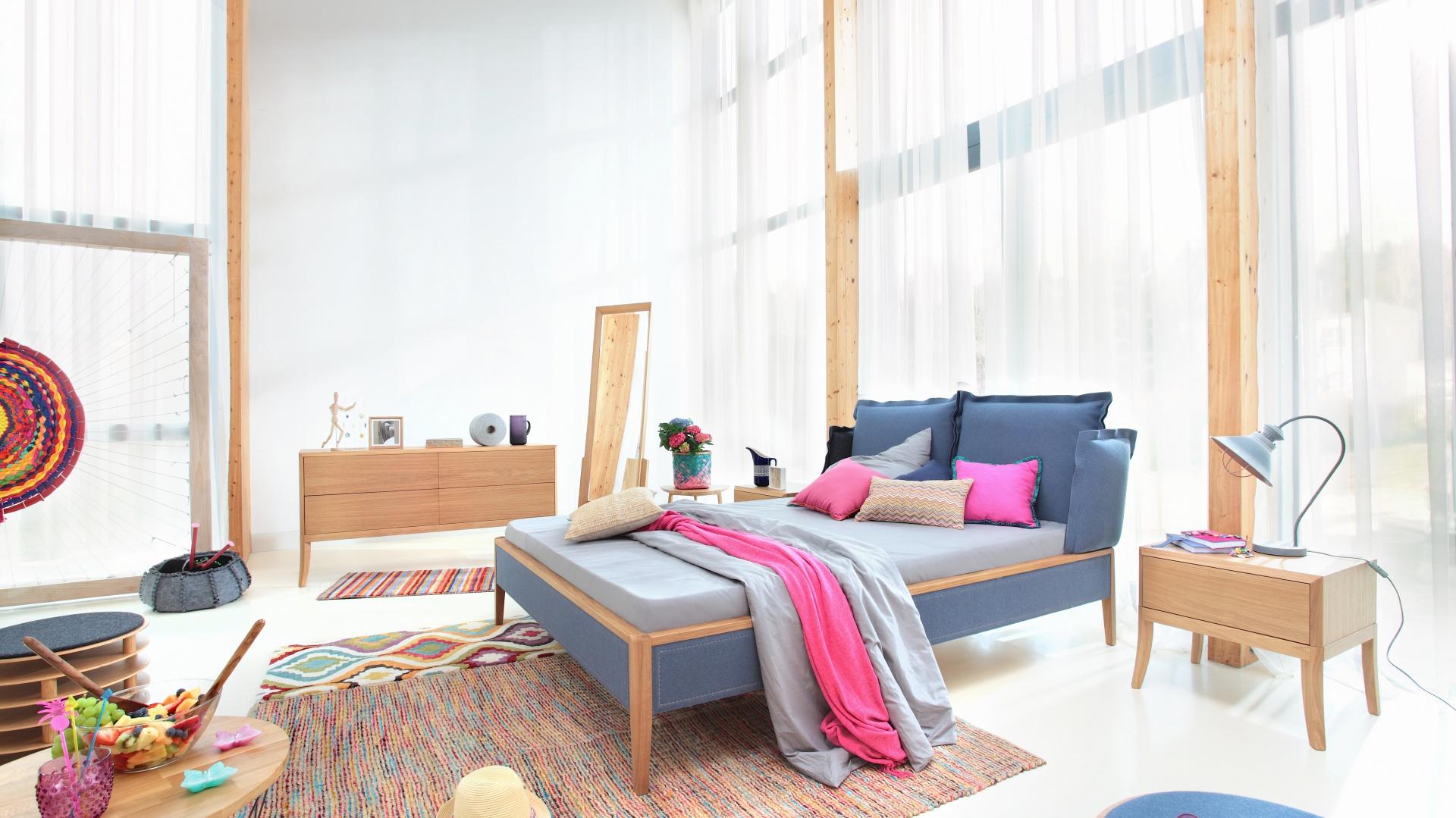 Łóżko SKEY LUXURY z drewna dębowego, wykończone wełnianą tkaniną filcową; wezgłowie w formie poduszek zapewnia wsparcie dla pleców. Od 5.700 zł. Fot. Swarzędz Home