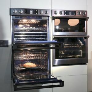 Technologia Dual Cook pozwala na wykorzystanie jednego piekarnika jako dwóch. Specjalny separator w środku urządzenia pozwala piec dwa całkowicie różne dania w tym samym czasie. System zabezpiecza przenikanie się aromatów i umożliwia ustawienie różnych temperatur pieczenia. Dodatkową zaletą tego rozwiązania jest duża oszczędność energii, którą osiągnięto poprzez skrócenie czasu pieczenia. Fot. Samsung