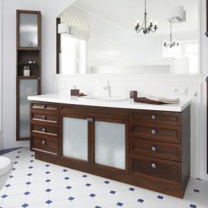 Biel i drewno idealnie wkomponowały się w łazienkę urządzoną w klasycznym stylu. Projekt: Maciejka Peszyńska-Drews. Fot. Bartosz Jarosz