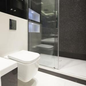 Czerń w strefie prysznica przybrała tu formę drobnej mozaiki. Projekt: Anna Maria Sokołowska. Fot. Bartosz Jarosz