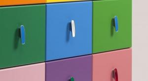 Utrzymanym w stonowanych barwach pomieszczeniu można dodać indywidualnego charakteru naprawdę niewielkim kosztem. Wystarczy nawet jedna drobna zmiana, np. wymiana uchwytów w meblach.