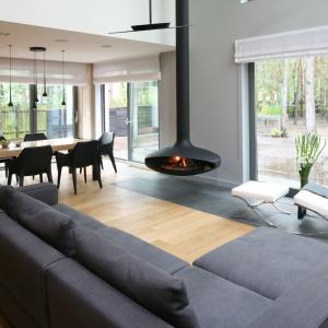 Ten niezwykle nowoczesny salon zyskuje na przytulności również  dzięki drewnianej podłodze. Projekt: Katarzyna Kiełek, Agnieszka Komorowska-Różycka. Fot. Bartosz Jarosz