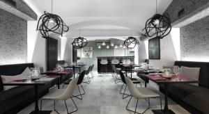 Hotel Ratuszowy położony jest w samym sercu Chojnic, pomiędzy XVI-wieczną bazyliką a zabytkowym ratuszem. W podziemiach hotelu mieści się nowa Restauracja AHA. O wyzwaniach w projekcie opowiada Justyna Kasperska z pracowni Just Interiors.