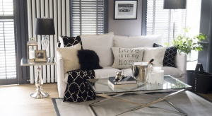 Do stworzenia aranżacji w stylu nowojorskich apartamentów potrzebne są meble z chromowanymi elementami, fotele i sofy z pikowanymi oparciami oraz lśniące lustra rozjaśniające wnętrze.