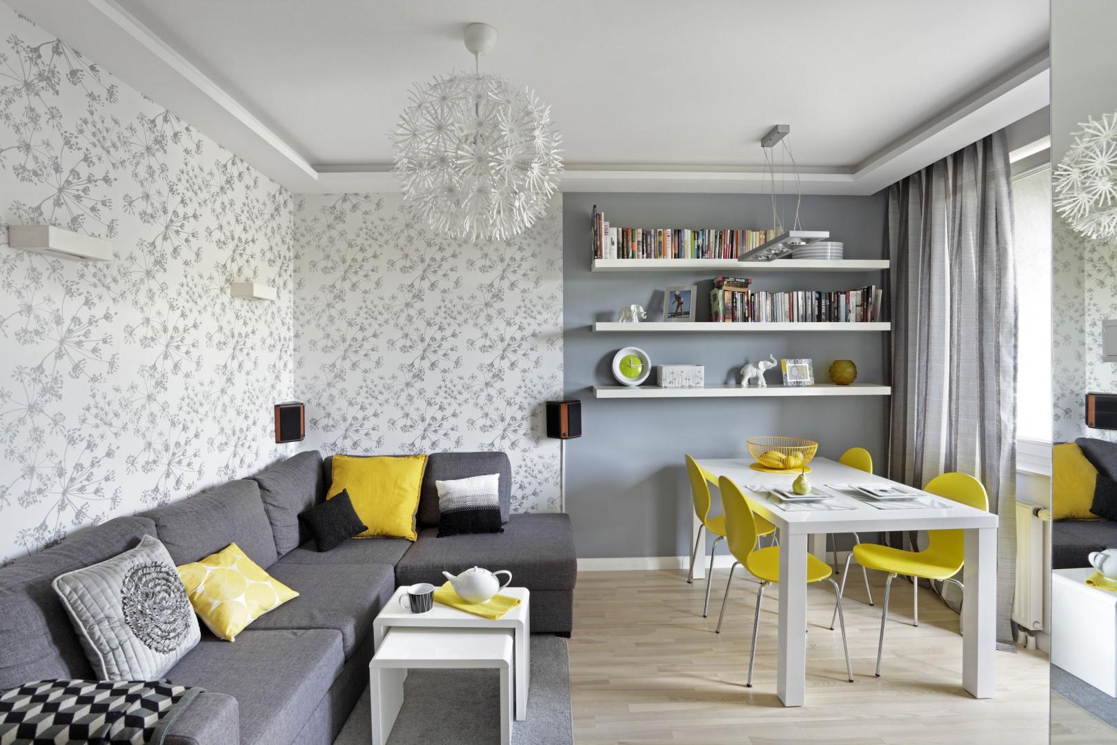 W niewielkim salonie zadbano nie tylko o  miejsce do wypoczynku, ale i celebrowania wspólnych posiłków przy stole. Projekt: Ewa Para. Fot. Bernard Białorucki