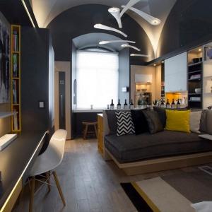 Ciekawym, a zarazem bardzo funkcjonalnym rozwiązaniem jest zastąpienie ścianek działowych np. (między salonem i sypialnią) pełną zabudową, co pozwala oddzielić pomieszczenia i stworzyć praktyczne szafy. Fot. Häfele